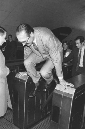 Jacques Chirac sautant par-dessus le portillon de métro © Jean-Claude Delmas - AFP